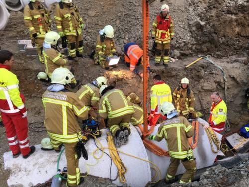Beim Verlegen von Kanalrohren ist ein Bauarbeiter am heutigen Nachmittag unter einem schweren Betonrohr eingeklemmt worden. Er verletzte sich dabei schwer.