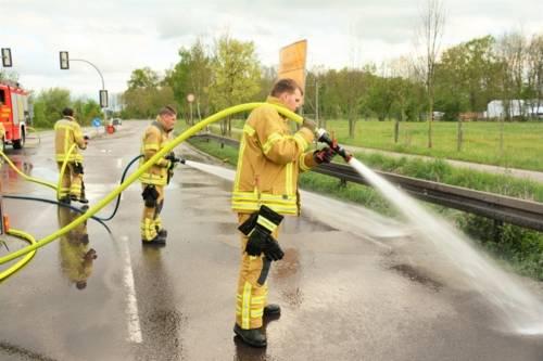 Mit großen Mengen Wasser aus vier Strahlrohren wurde unter hohem Druck die Fahrbahn Meter für Meter vom Beton befreit.