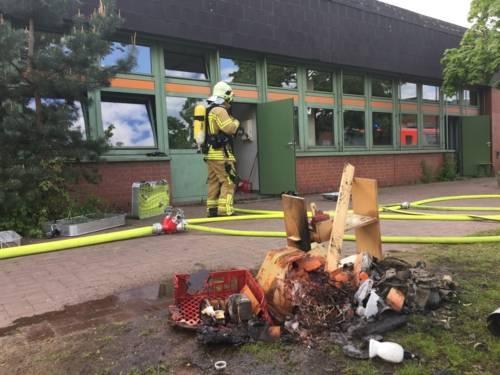 Bei Eintreffen der hannoverschen Brandschützer bereits sechs Minuten nach Eingang des Notrufes war der Gebäudeteil, in dem sich der Werkraum befand bereits geräumt, auch die automatische Brandmeldeanlage der Schule hatte einen Alarm ausgelöst.