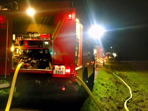 Heckansicht mehrerer Einsatzfahrzeuge der Feuerwehr Hannover im Löscheinsatz.