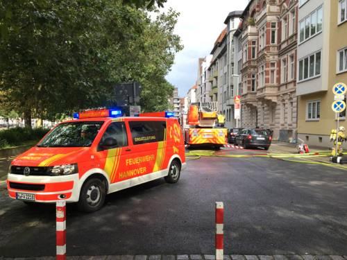Einsatzleitwagen und Drehleiter der Feuerwehr Hannover, vor der betroffenen Wohnung.