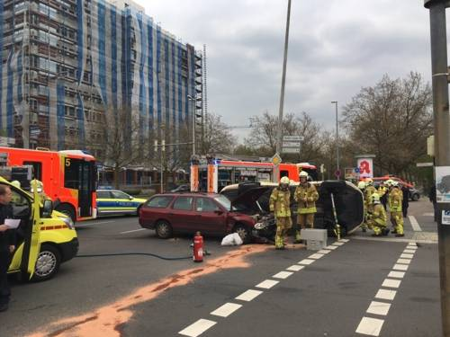 Am Montagnachmittag kam es zu einem Zusammenstoß zweier Fahrzeuge im Kreuzungsbereich Karl-Wiechert-Allee und Feodor-Lynen-Straße. Hierbei wurde eine Person in ihrem Fahrzeug eingeklemmt.