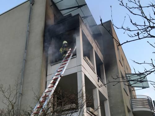 Die Flammen schlugen offen von einem Balkon im 2.OG eines fünfgeschossigen Mehrfamilienhauses in Bemerode, der Brand drohte sich in die darüber liegende Etage auszubreiten.