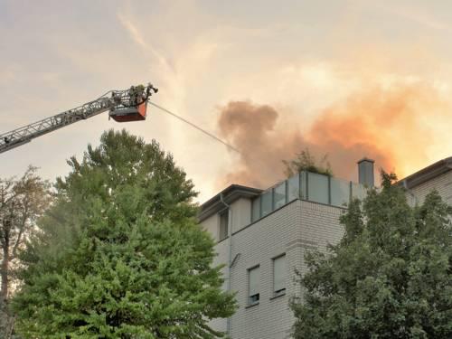 Um 19:53 Uhr rief ein Bewohner eines Mehrfamilienhauses in der Güntherstraße die Feuerwehr, da er einen Brand auf der Dachterrasse seiner Wohnung bemerkt hatte.