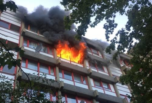 Bei Eintreffen der Einsatzkräfte schlugen bereits Flammen aus einer Wohnung im 5. Obergeschoss bis über das Dach