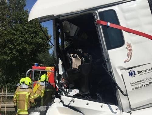 Durch die Wucht des Aufpralls wurde der Fahrerraum eines beteiligten LKW fast völlig zerstört.