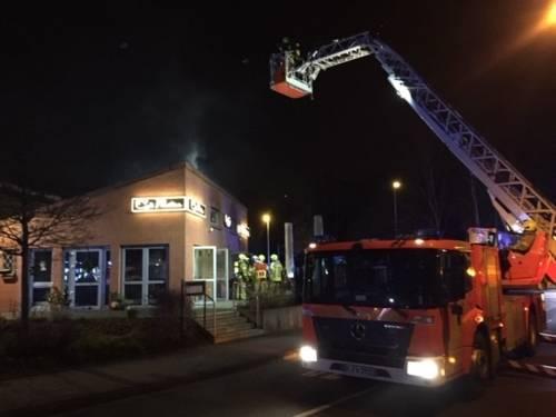 Von einer Drehleiter erkundeten die Brandschützer den in Rauch gehüllten Dachbereich.