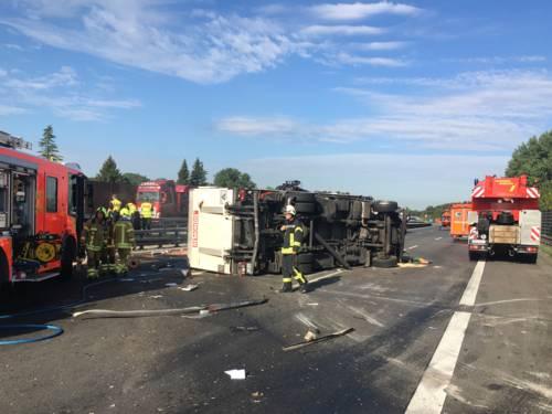 Der 51-jährige Fahrer des Abfallentsorgungs-LKW von musste Einsatzkräften der Feuerwehr aus seiner Kabine befreit werden.