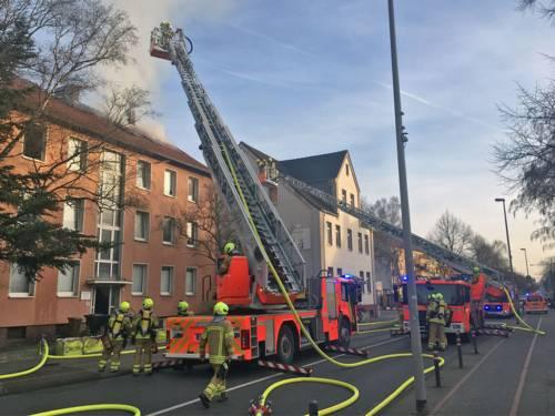 Die Feuerwehr rettet eine 86jährige Bewohnerin mit einer Drehleiter.