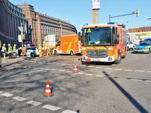 Bei einem Verkehrsunfall zwischen zwei Polizeieinsatzfahrzeugen wurden heute sieben Einsatzkräfte teilweise schwer verletzt.