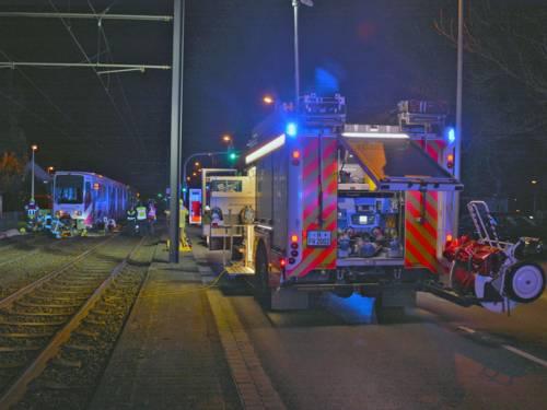 Eine Stadtbahn erfasste einen Fußgänger und überrollte ihn.
