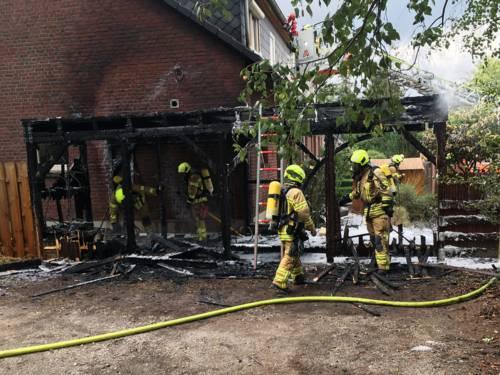 Ein Carport brennt komplett nieder.