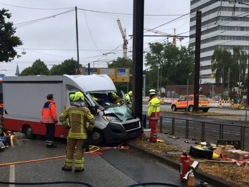 Verkehrsunfall zwischen einem Verkaufswagen und einem PKW.