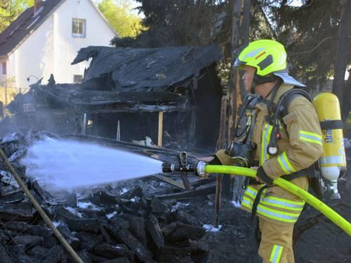 Gartenhaus brennt auf dem Grundstück eines Einfamilienhause.