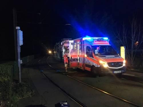 Eine Stadtbahn fährt gegen einen Elektromotorroller