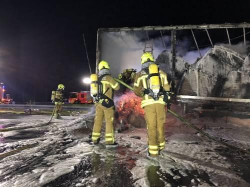 Die Feuerwehr löscht einen brennenden LKW