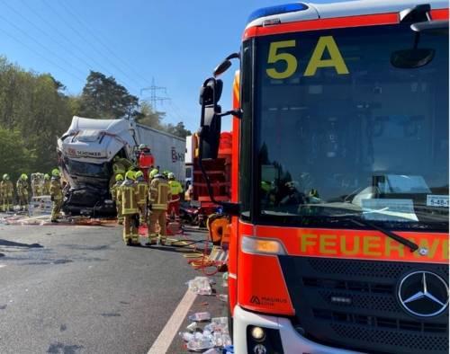 Unter Einsatz von hydraulischem Rettungsgerät konnten die alarmierten Einsatzkräfte von Feuerwehr und Rettungsdienst den schwer verletzten Fahrer aus seinem stark deformierten Fahrerhaus befreien.