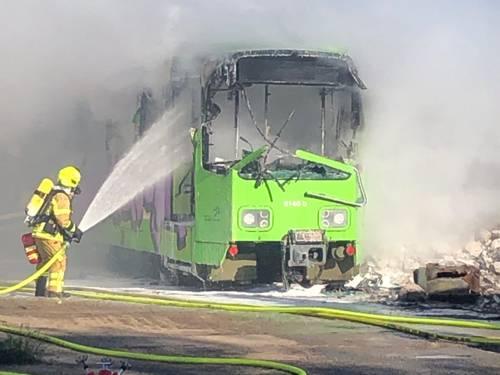Eine alte Stadtbahn brennt