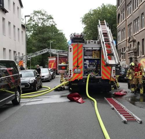 Die Feuerwehr Hannover vor einem Haus im Stadtteil Linden