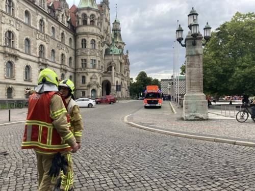 Feuerwehrmänner vor dem Neuen Rathaus