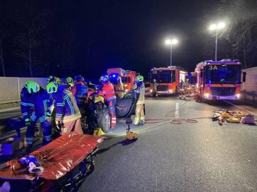 Feuerwehrleute und Feuerwehrautos an der Unfallstelle