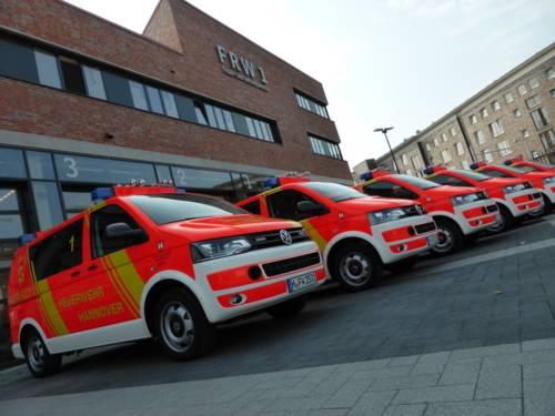 Feuerwehrdezenent Dr. Marc HAnsmann übergibt sechs neue Notarzteinsatzfahrzeuge an die Feuerwehr.