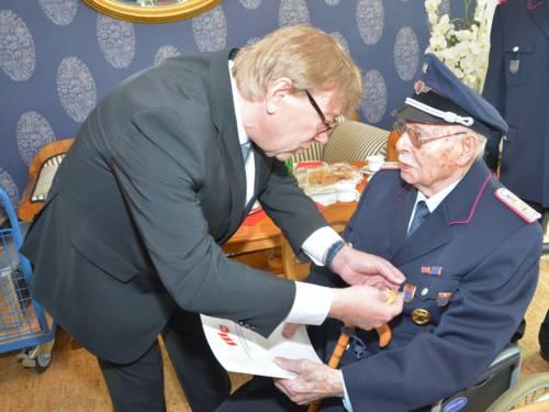 Feuerwehrdezernent Harald Härke nahm im Rahmen einer Jubiläumsfeier die Ehrung des 104-jährigen Kameraden Heinrich Becker vor und dankte ihm für seinen unermüdlichen ehrenamtlichen Einsatz