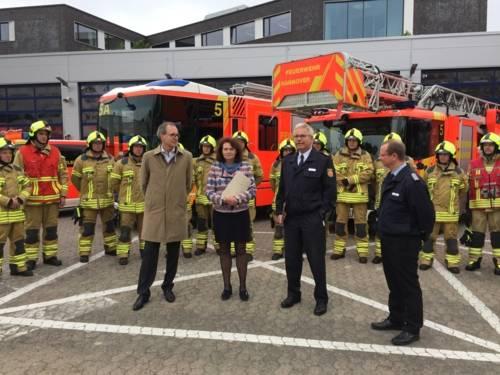 Die hannoversche Feuerwehrdezernentin Rita Maria Rzyski und Laatzens Bürgermeister Jürgen Köhne sowie die Leiter der Feuerwehren Claus Lange und Sebastian Osterwald stellten heute die neuen Feuerwehrhelme vor.