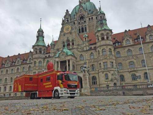 ELW3-4 der Feuerwehr vor dem Neuen Rathaus.