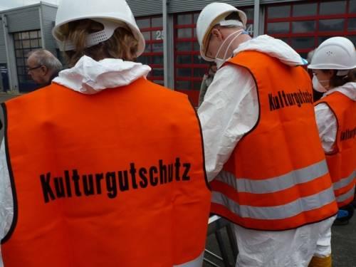 Mitarbeiter des Notfallverbundes Kulturgutschutz in Schutzkleidung