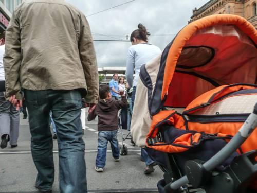 Ein Kinderwagen in den Farben orange und schwarz.