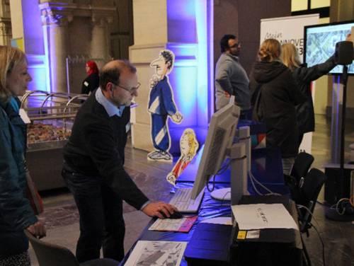 In der blau beleuchteten Rathaushalle waren Tische mit Monitoren aufgebaut, an denen Interessierte 3-D-Bilder von Hannover anschauen konnten.