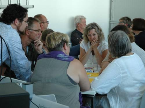 Teilnehmende am Workshop diskutieren in Gruppen