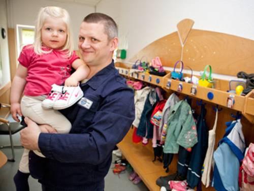 Papa hält Tochter auf dem Arm
