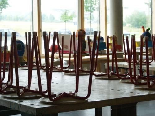 Hochgestellte Stühle in der Schule