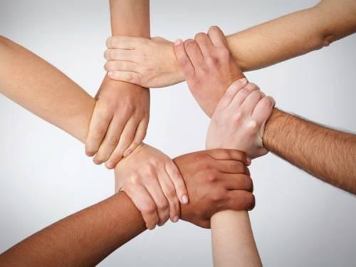 Hände, die einander halten