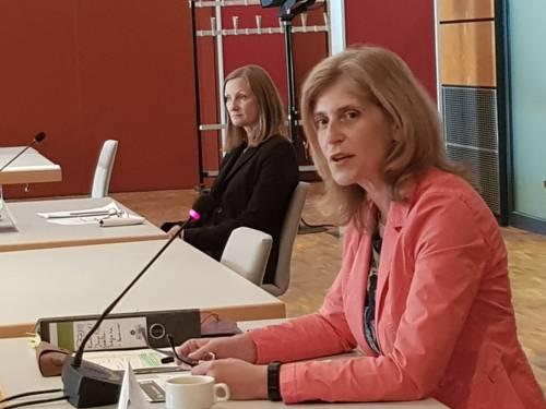 Eine Frau sitzt im HCC an einem Pult und spricht
