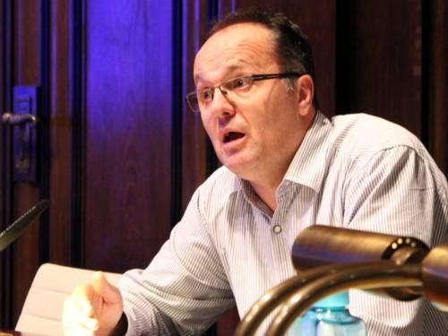 Ein Mann sitzt im Hodlersaal und spricht.