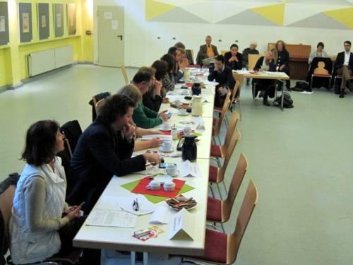 Foto von der linken Seite des Plenums. Auf dem Bild sind wahlberechtigte und beratende Mitglieder mehrerer Fraktionen und einige Gäste zu sehen.