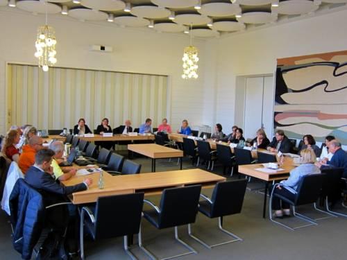 Blick auf den Internationalen Ausschuss im Gobelinsaal des Neuen Rathauses