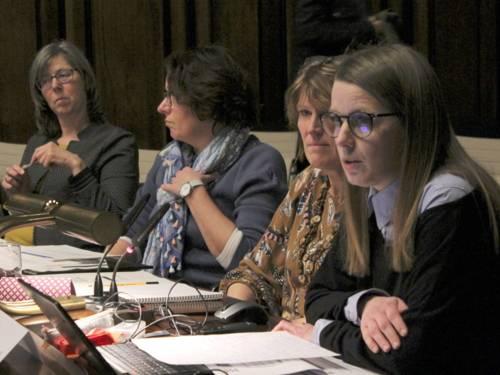 Vier Frauen sitzen im Hodlersaal des Neuen Razhauses hinter Pulten.