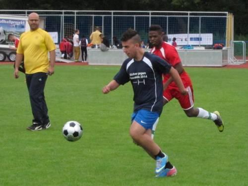 Zwei Spieler kämpfen um den Ball.