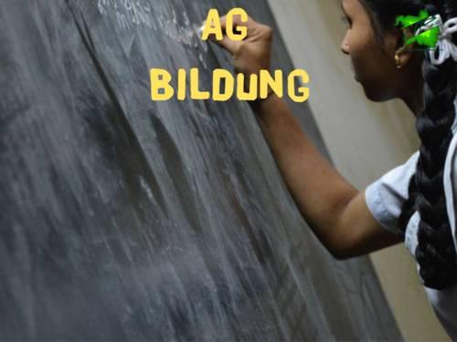 Symbolbild: Ein Mädchen schreibt etwas an eine Tafel
