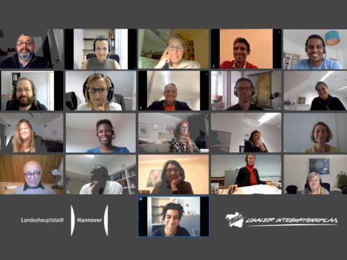 21 Personen sind in Kacheln in einem Online-Programm dargestellt.