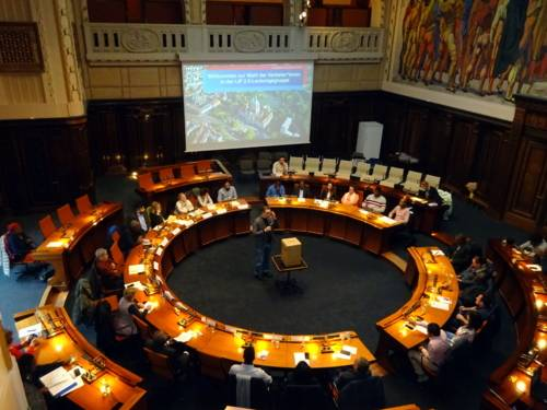 Etwa 40 Personen sitzen im Hodlersaal des Neuen Rathauses