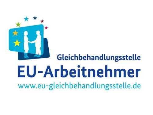 """Das Logo der EU-Gleichbehandlungsstelle zeigt oben links eine Grafik, bei der sich eine Frau und ein Mann die Hand geben, darüber sind im Halbkreis Europas Sterne angeordnet. Rechts und im Zentrum des Logos stehen die Worte """"Gleichbehandlungsstelle EU-Arbeitnehmer"""" und die Internetadresse www.eu-gleichbehandlungsstelle.de."""