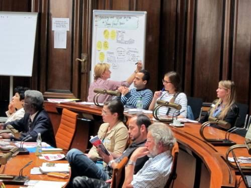 Foto einiger Teilnehmer/innen des Workshops Bedeutung und Aufgaben der Eltern beim Übergang Schule – Beruf