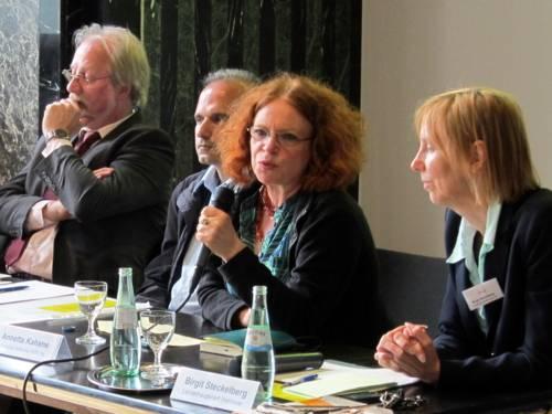 V.l. die Referenten/innen Gerd Bücker, Dr. Peyman Javaher-Haghighi, Anette Kahane und Moderatorin Birgit Steckelberg