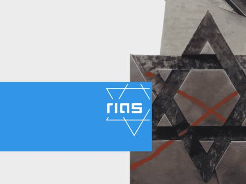 Rechts ein mit Sprühfarbe beschmierter jüdischer Grabstein, links das zweifarbige Rias-Logo.