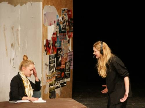 Zwei junge Schauspielerinnen in Aktion